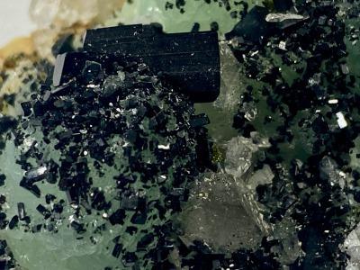 Babingtonite and quartz on Prehnite