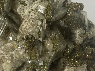 Blue baryte with marcasite